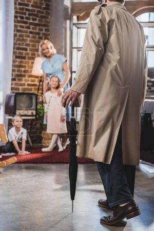 Photo pour Photo recadrée de père venant de maison et vous cherchez à l'heureuse famille, années 1950 style - image libre de droit