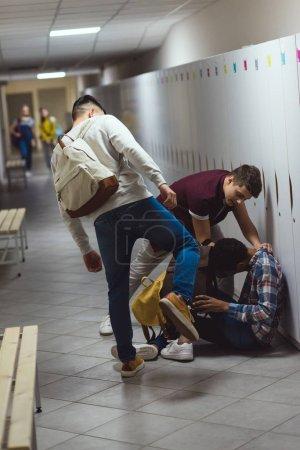 afro-américaine écolier victime de brimades dans le couloir de l'école