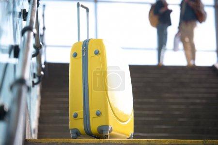 Photo pour Gros coup de sac à roues jaune et le couple de touristes dans le métro - image libre de droit