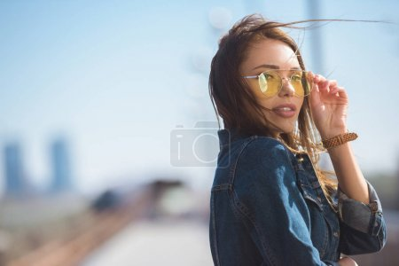 Photo pour Portrait de la jeune femme élégante dans des lunettes de soleil - image libre de droit