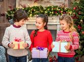 Šťastné děti drží dárkové krabice