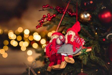 Photo pour Vue rapprochée des décorations de Noël accrochées au sapin - image libre de droit