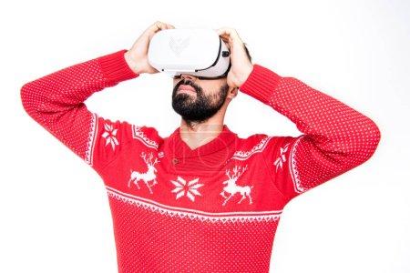 Photo pour Jeune homme utilisant casque de réalité virtuelle isolé sur blanc - image libre de droit