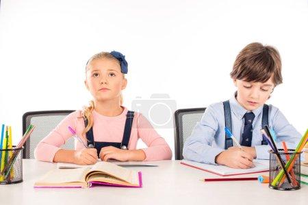 Photo pour Des écoliers concentrés étudient pendant les cours isolés sur blanc - image libre de droit