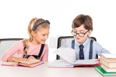 Photo pour Camarades de classe assis à la table et étudient ensemble isolés sur blanc - image libre de droit