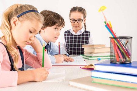 Photo pour Enfants étudient ensemble et l'écriture dans les ordinateurs portables - image libre de droit