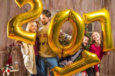 Photo pour Groupe de personnes heureuses avec ballons signe doré 2017 - image libre de droit
