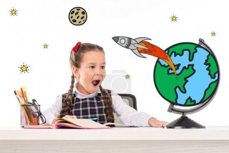 Photo pour Écolière excitée assise à table et rêvant de voyager dans l'espace - image libre de droit