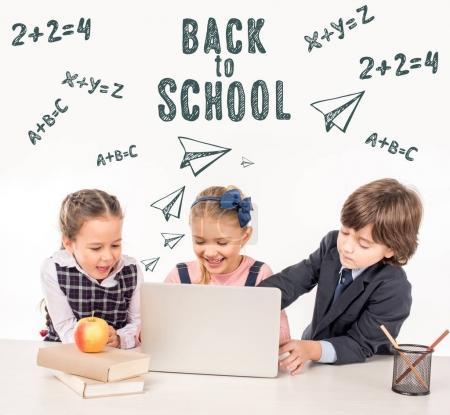 Photo pour Groupe d'écoliers en utilisant ordinateur portable ensemble, vers le concept d'école - image libre de droit