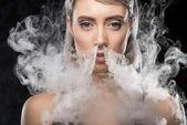 Žena v body s kouřem
