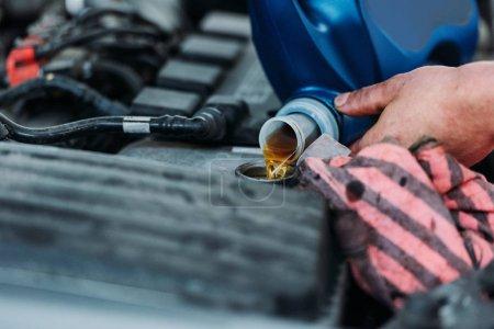 Automechanic changing motor oil