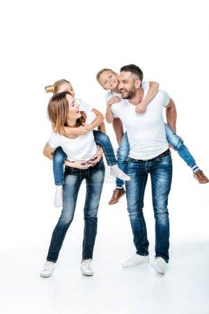 Photo pour Sourire les parents des enfants heureux isolés sur blanc le ferroutage - image libre de droit