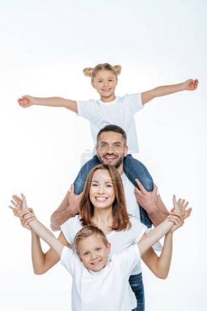 Photo pour Famille joyeuse en t-shirts blancs s'amuser et regarder la caméra isolée sur blanc - image libre de droit