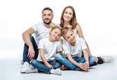Boldog család együtt ül