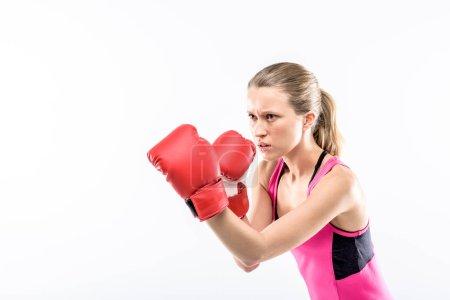 Photo pour Jeune femme en gants de boxe prête à se battre isolée sur blanc - image libre de droit