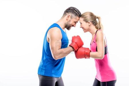 Photo pour Homme et femme en gants de boxe se regardant isolés sur blanc - image libre de droit