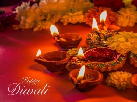 Photo pour Lampes et fleurs diya en argile traditionnelle colorée, avec un accent sélectif . - image libre de droit