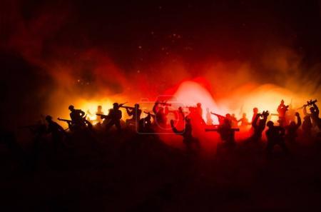 Photo pour Concept de la guerre. Silhouettes militaires combats de scène sur le ciel de brouillard de guerre historique, guerre mondiale soldats Silhouettes ci-dessous Skyline nuageux pendant la nuit. Scène de l'attaque. Véhicules blindés. Bataille de chars - image libre de droit