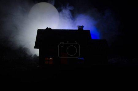 Photo pour Maison ancienne avec un fantôme dans la nuit de pleine lune ou abandonné Haunted horreur House dans le brouillard. Ancienne villa mystique avec grand surréaliste pleine lune. Concept d'Halloween horreur. - image libre de droit