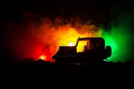 Photo pour Concept de la guerre. Silhouettes militaires combats de scène sur le ciel de brouillard de guerre historique, guerre mondiale soldats Silhouettes ci-dessous Skyline nuageux pendant la nuit. Scène de l'attaque. Véhicules jeep avec des soldats de l'armée. jeep de l'armée - image libre de droit