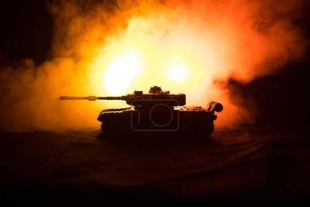 Photo pour Concept de la guerre. Silhouettes militaires combats de scène sur le ciel de brouillard de guerre historique, guerre mondiale allemande réservoirs Silhouettes ci-dessous Skyline nuageux pendant la nuit. Scène de l'attaque. Véhicules blindés. Bataille de chars - image libre de droit