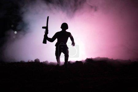 Photo pour Silhouette de soldat militaire avec arme à feu. Concept de la guerre. Silhouettes militaires combats de scène sur le brouillard de guerre ciel fond, Silhouette de soldat guerre mondiale sous l'horizon nuageux nuit. Scène de l'attaque - image libre de droit