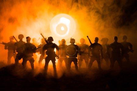 Photo pour La police anti-émeute donne le signal d'être prêt. Concept de pouvoir gouvernemental. Police en action. Fumez sur un fond sombre avec des lumières. Sirènes clignotantes rouges bleues. Le pouvoir de dictature. Concentration sélective - image libre de droit
