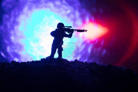 Photo pour Tireur d'élite armée avec ennemi de meurtre cherche gros calibre sniper rifle. Silhouette sur fond de ciel. Sécurité nationale assurée, militaires sur ses gardes. Scène de bataille - image libre de droit