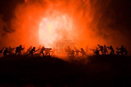 Photo pour Concept de la guerre. Silhouettes militaires combats de scène sur le ciel de brouillard de guerre historique, guerre mondiale soldats Silhouettes ci-dessous Skyline nuageux pendant la nuit. Scène de l'attaque. Véhicules blindés. Chars de bataille. Décoration - image libre de droit