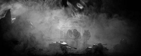 Photo pour Concept de la guerre. Silhouettes militaires combats de scène sur le ciel de brouillard de guerre historique, guerre mondiale soldats Silhouettes ci-dessous Skyline nuageux pendant la nuit. Scène de l'attaque. Véhicules blindés. Mise au point sélective. Décoration - image libre de droit
