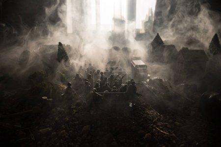 Photo pour Concept de la guerre. Militaire silhouettes combat scène sur fond de ciel de brouillard guerre, guerre mondiale soldats Silhouettes ci-dessous nuageux Skyline. Véhicules blindés. Chars de bataille. Décoration. Mise au point sélective - image libre de droit