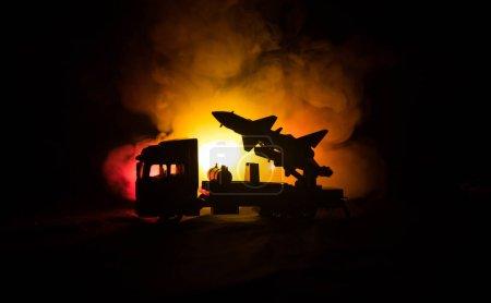 Lanzamiento de cohetes con nubes de fuego. Escena de batalla con misiles cohete con ojiva apuntada al cielo sombrío por la noche. Vehículo cohete en War Backgound .