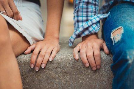 Photo pour Mains de jeune couple amoureux côte à côte le premier jour - image libre de droit