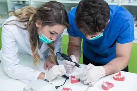 Dental prosthesis working on the denture