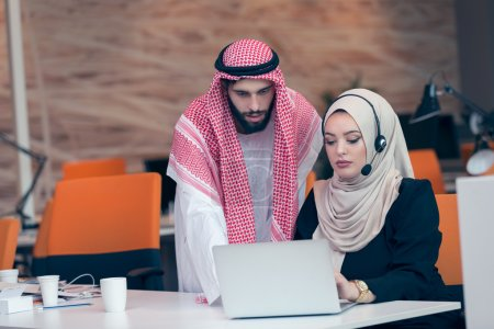arabic business paerchen arbeiten bei buero