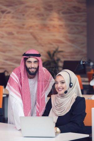 arabisches geschaeft paar zusammen arbeiten
