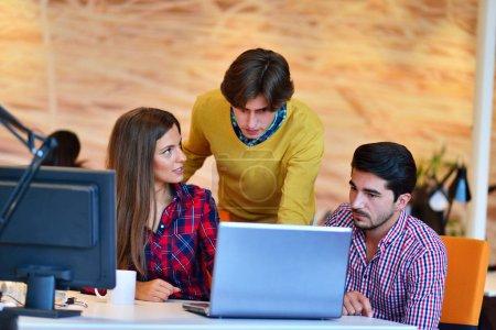 Photo pour Travail d'équipe. Trois jeunes architectes travaillant sur un projet au bureau - image libre de droit
