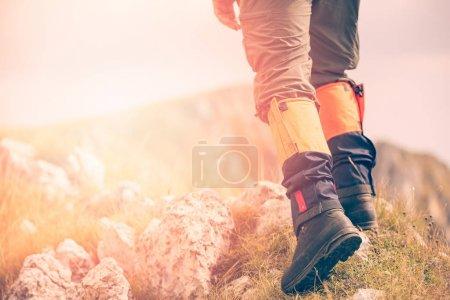 Photo pour Randonnée en montagne. Éclat de lentille, faible profondeur de champ - image libre de droit