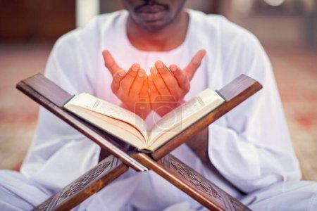 Photo pour Religieux musulman noir priant à l'intérieur de la mosquée. - image libre de droit