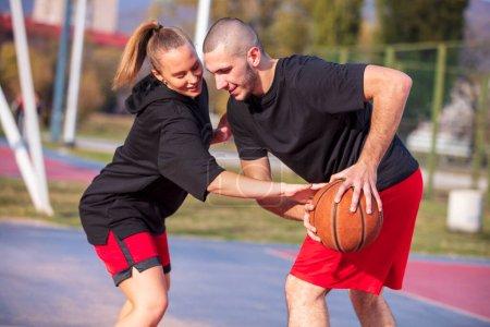 Foto de Grupo de jóvenes amigos jugando partido de baloncesto. - Imagen libre de derechos