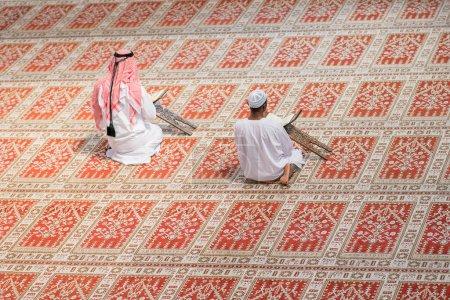 Photo pour Deux religieux musulmans priant ensemble dans la mosquée. - image libre de droit