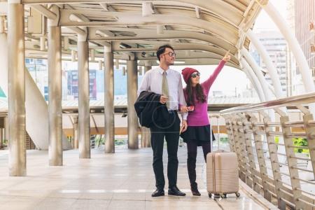 Foto de Los viajeros de la pareja caminando en la pasarela terminal de aeropuerto con viaja bolso o equipaje para la luna de miel viajan al extranjero. Concepto de par viajar. - Imagen libre de derechos