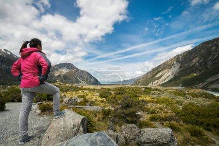 Photo pour Femme voyageuse voyageant dans le paysage sauvage du parc national du Mont Cook. Mt Cook, la plus haute montagne de Nouvelle-Zélande, est connue pour son paysage pittoresque, son inspiration pour les voyages en plein air, ses randonnées en montagne . - image libre de droit