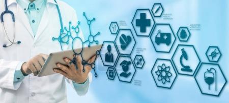 Photo pour Concept de soins de santé médical - médecin à l'hôpital avec icônes medical interface moderne montrant symbole de la médecine, l'innovation, un traitement médical, service d'urgence, données au doctorat et santé des patients. - image libre de droit