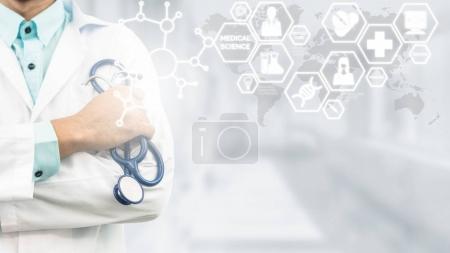 Photo pour Concept de science médicale Docteur en laboratoire hospitalier avec des icônes de recherche médicale dans l'interface moderne montrant symbole de l'innovation en médecine, traitement médical, découverte et analyse doctorale . - image libre de droit