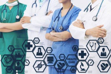 Photo pour Concept de soins de santé médical - médecins à l'hôpital avec icônes medical interface moderne montrant symbole de la médecine, l'innovation, un traitement médical, service d'urgence, données au doctorat et santé des patients. - image libre de droit