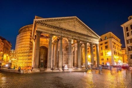 Photo pour Panthéon à Rome Italie - Panthéon est un ancien temple romain, maintenant une église, à Rome, Italie, complété par l'empereur Hadrien en 126 après JC, célèbre bâtiment de la Rome antique. - image libre de droit