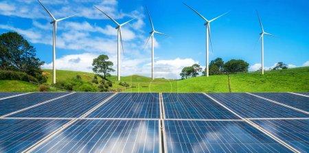 Foto de Panel solar y eólico de turbinas en un verde hierba colinas contra el cielo azul y nubes blancas en verano. Concepto renovable limpiado energética y la sostenibilidad de desarrollo de negocios. - Imagen libre de derechos