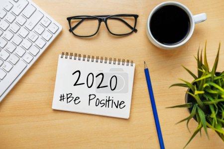 Photo pour Bureau d'affaires avec cahier écrit à la main sur le plan liste des objectifs de la nouvelle année et établissement des résolutions. - image libre de droit